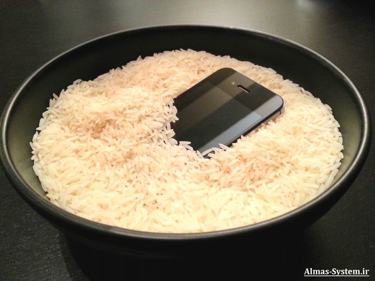 قرار دادن گوشی خیس شده در برنج جهت جذب رسوبت آن