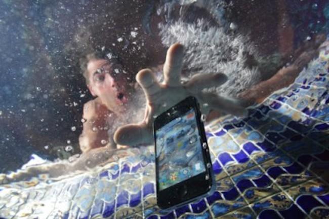 جلوگیری از خرابی گوشی بعد از خیس شدن و افتادن آن در آب